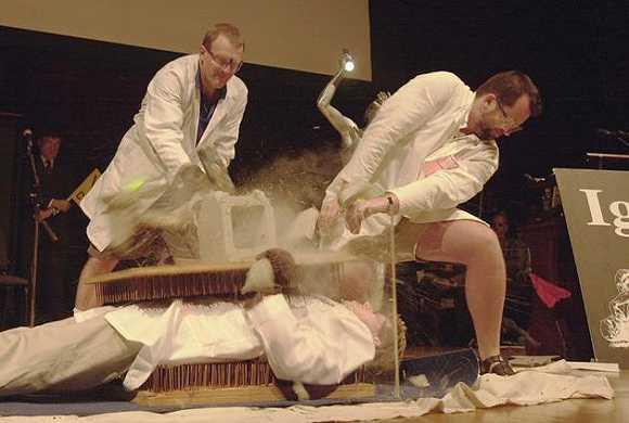 """哈佛大学讲师丹尼尔・罗森伯格(左)在2001年搞笑诺贝尔奖颁奖典礼上对同事尼尔斯・索伦森进行""""胸口碎大石"""",后者当时躺在钉床上"""