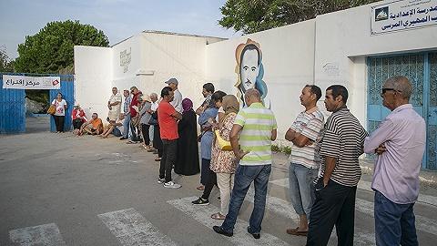 突尼斯大选:法学教授与传媒大亨领跑,经济?#28895;餿院?#20120;在前