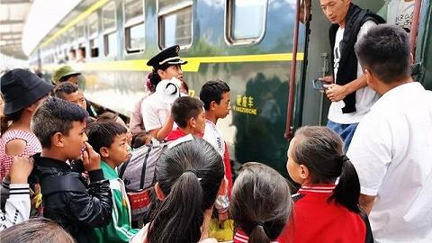 最帅校车!这群孩子坐着火车上下学