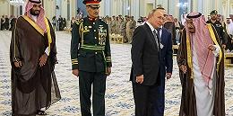 普京时隔12年再访沙特,送老国王一只猎鹰后签下百亿美元大单