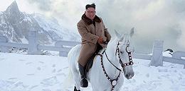 金正恩视察三池渊郡,初雪中骑白马登上白头山