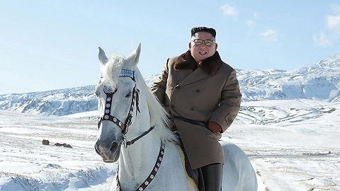 金正恩骑白马登上白头山,俯瞰山峦