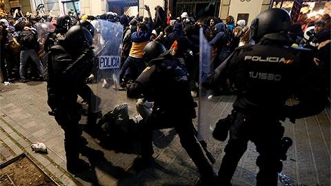 """加区""""独立派""""前高官入狱引抗议致200伤,西班牙政府称不会姑息暴力"""