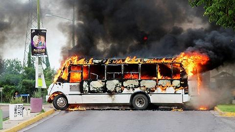 大毒枭之子被捕引发墨西哥街头激战,至少20名囚犯趁乱越狱