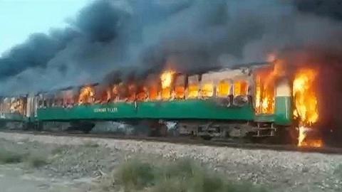 乘客做饭煤气罐爆炸致巴基斯坦列车起火,百余死伤多为跳车引起