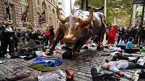 惨遭泼血砸耳后,华尔街铜牛可能真要挪窝了