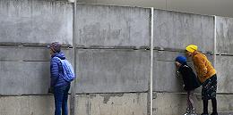 柏林墙倒下30年这天,德国人寄给特朗普一块拆下的2.7吨墙砖