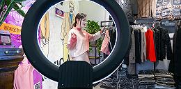 直播镜头下的韩国东大门:深夜淘金的中国青年,每晚卖5000件衣服,月入百万