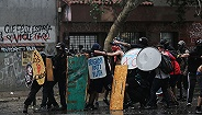 智利政府将重修宪法以平骚乱,但谁都不满意这一让步