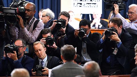 【天下头条】特朗普弹劾案国会首次公开听证 鲍威尔认为美联储无需进一步降息