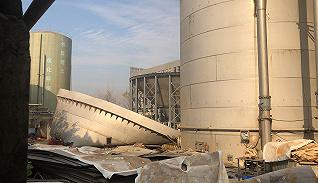 【圖集】直擊海寧污水罐體倒塌事故:現場一片狼藉,大量污水傾入河道中