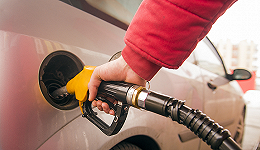 """国内成品油价迎""""两连涨"""",加满一箱油多花4元"""