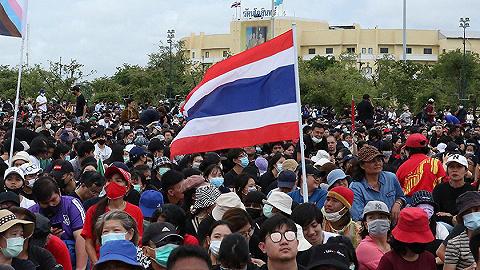 泰国曼谷数万人示威游行,要求改革君主立宪制