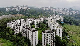 【深度】住在广州最大烂尾楼盘里:22年重建无果,业主黑发渐白