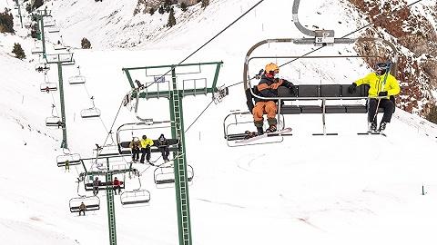 违反防疫规定逃离瑞士,几百名英国滑雪客被骂惨了