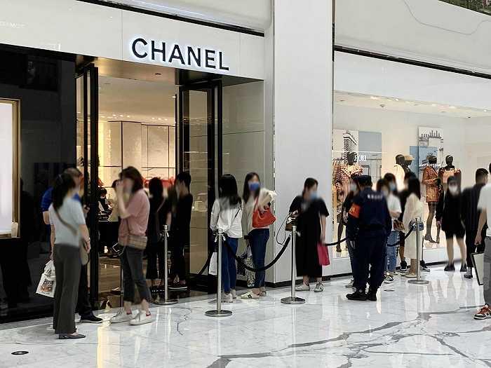 就地过年引爆购物热,多地奢侈品门店春节期间排大队