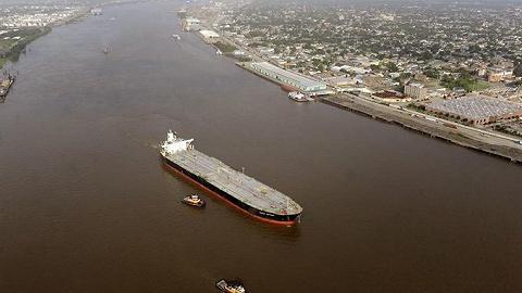 美国农产品重要航道中断!密西西比河上桥梁出现裂缝,700余艘驳船被堵
