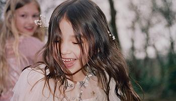 英国仙女裙self-portrait首次推出童装系列,香奈儿带来活力宝蓝手机包丨是日美好事物