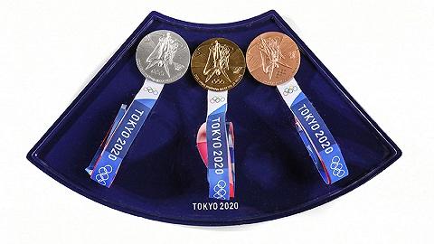 """东京奥运会""""自助式颁奖"""",获奖选手自己佩戴奖牌"""