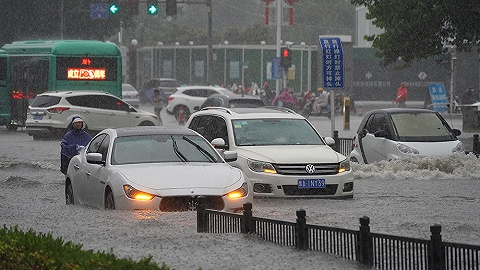 暴雨严重影响郑州交通:地铁站进水、在建地铁塌方、火车折返、电动公交停运