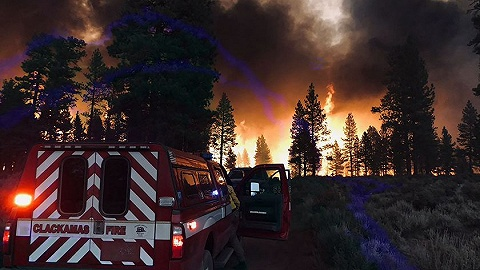 燃烧面积达1600平方公里,气候变化如何导致美国今年最严重林火?