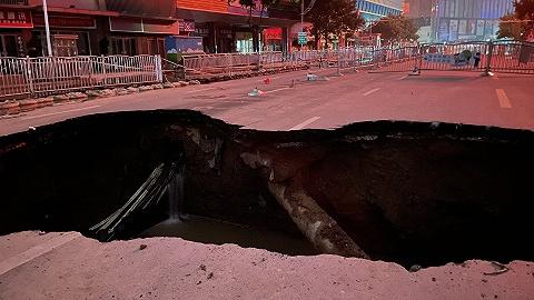郑州路面多处出现塌陷,已展开抢修回填