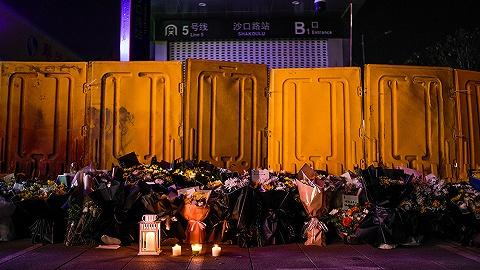 【现场】 郑州地铁5号线站前,民众献花悼念遇难者