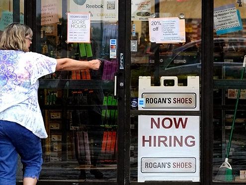 美国7月失业率为何大幅下降?背后可能有这几个原因