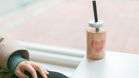 """""""秋天第一杯奶茶""""的梗還沒被玩壞,它甚至還升級了"""