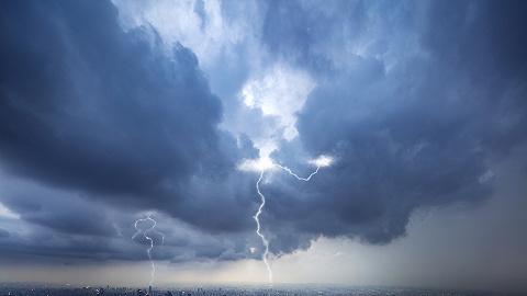 """台风""""灿都""""来袭,长三角地区航空、铁路、地铁运行大范围受阻"""