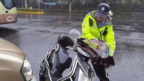 台风带来大风降雨天气,上海5万余名民警雨中坚守