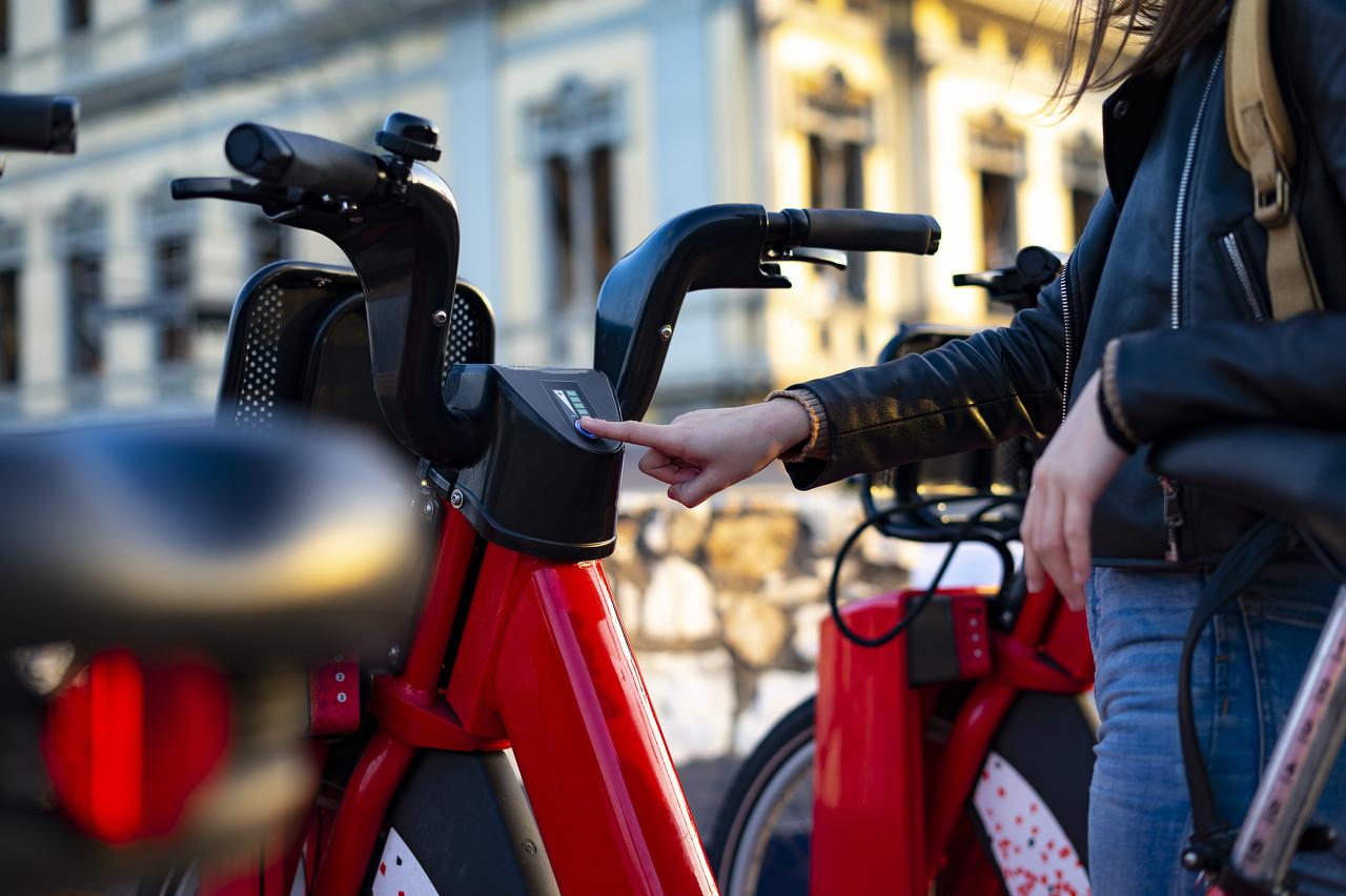 """【特写】电动自行车,欧洲人出行的""""新宠"""""""
