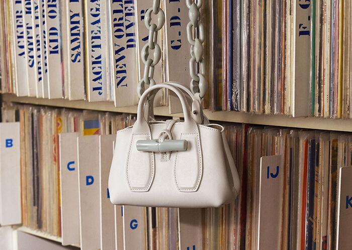 摩登4首页Longchamp Roseau迷你手袋续写韩剧风,《迪奥与艺术》展览登陆深圳丨是日美好事物