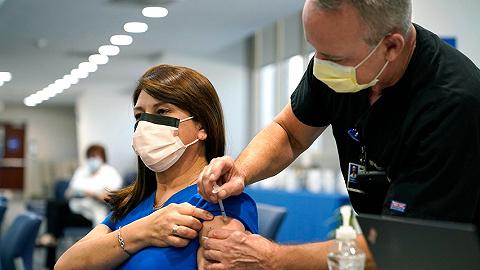 """新加坡拟为打疫苗美国旅客开通免隔离通道,默沙东""""特效药""""一疗程700美元   国际疫情观察(10月8日)"""