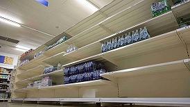 全球供应短缺持续:英国人买不到必需品,沃尔玛包船运货迎假日季