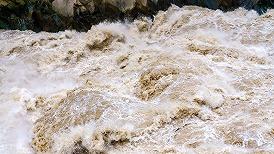 山西汾河河津段遭遇57年来最大洪水,当地启用10万亩黄河滩地蓄滞