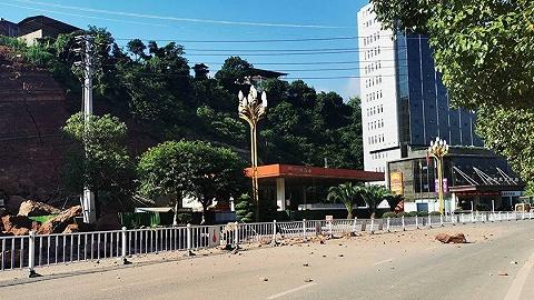 头一天就已完成疏散转移,四川古蔺县城垮塌路段已恢复双向通行